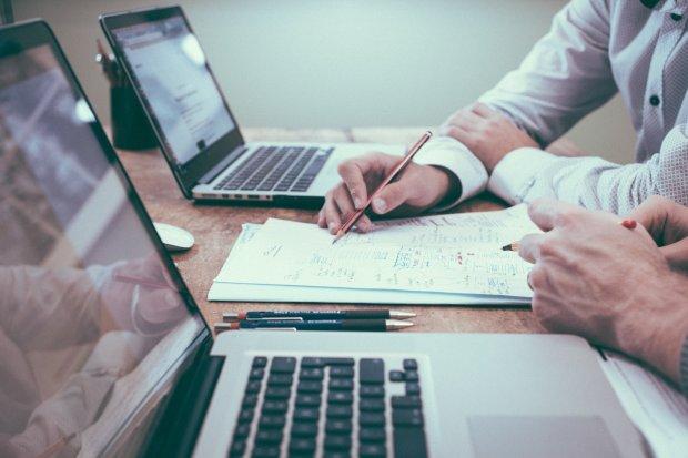 offer-stay-late-work-help-co-worker-meet-deadline